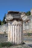 Enkel jonisk beställningshuvudstad på Delphi i Gree Royaltyfria Foton