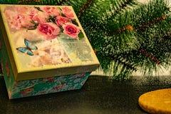 Enkel julbakgrund med den gröna konstgjorda julgranen royaltyfri bild