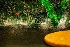 Enkel julbakgrund med den gröna konstgjorda julgranen royaltyfria foton