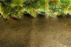 Enkel julbakgrund med den gröna konstgjorda julgranen fotografering för bildbyråer