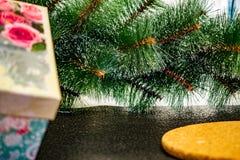Enkel julbakgrund med den gröna konstgjorda julgranen arkivbilder