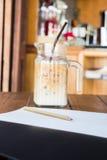 Enkel konstnärarbetsstaion på coffee shop Arkivfoton