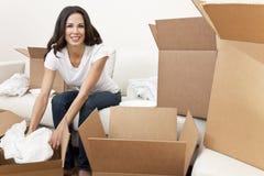 Enkel kvinna som packar upp askar som flyttar huset Arkivbilder