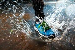 Enkel löparespring i regn Fotografering för Bildbyråer