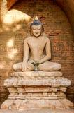 Enkel lerajord färgade Buddha som omgavs av halvcirkelslut Royaltyfria Foton