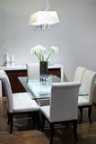 Enkel lokal med tabellen och slappa vita stolar Royaltyfri Fotografi