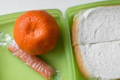 Enkel lunch i grön lunchbox, över huvudet sikt Arkivfoton