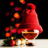 Enkel maltwhisky, i att smaka exponeringsglas på julbakgrund, Co arkivfoton