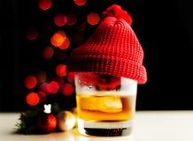 Enkel maltwhisky, i att smaka exponeringsglas på julbakgrund, Co royaltyfri bild