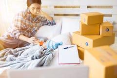 Enkel mamma och arbete hemma arkivfoton