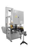 Enkel maskin för etiketter som förseglar vinflaskor som isoleras på vit bakgrund Arkivfoto