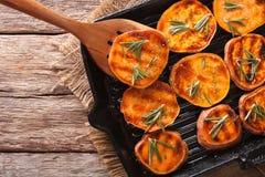 Enkel mat: Grillade sötpotatisar med rosmarin på gallret p Fotografering för Bildbyråer