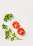 Enkel matbakgrund, persilja och tomat arkivbild
