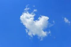 Enkel molnblick som duvafluga på himlen Arkivbild