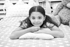 Enkel Ontspannend Het meisjeskind legt op hoofdkussen in haar slaapkamer Het jonge geitje treft naar bed te gaan voorbereidingen  stock afbeelding