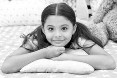 Enkel Ontspannend Het meisjeskind legt op hoofdkussen in haar slaapkamer Het jonge geitje treft naar bed te gaan voorbereidingen  stock fotografie