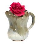 Enkel röd ros i en lerakruka Royaltyfri Bild
