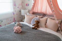 enkel säng i unges sovrum fotografering för bildbyråer