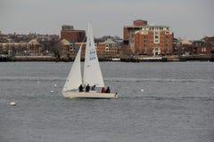 Enkel segelbåt på den Boston hamnen, vinter, 2014 Arkivbilder