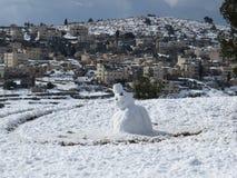 Enkel snögubbe på snön Arkivbilder