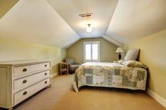Enkel sovruminre med det välvde taket Royaltyfri Foto