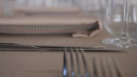 Enkel ställetabellinställning, garnering för restaurang för knivgaffelplatta arkivfilmer
