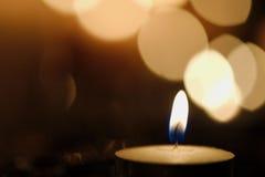 Enkel stearinljus med härlig diagonal bokeh royaltyfria bilder