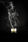 Enkel stearinljus och stearinljusrök Royaltyfri Foto