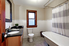 Enkel stil renoverad badruminre i gammalt amerikanskt hus Fotografering för Bildbyråer