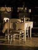 enkel tabell för restaurang Arkivfoton