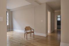 enkel tom lokal för stol Arkivfoto