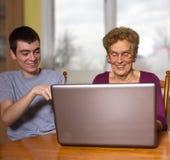 Enkel und Großmutter an einem Laptop Lizenzfreies Stockfoto