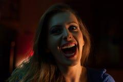 Enkel ung kvinna i en nattklubb fotografering för bildbyråer