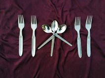 Enkel upps?ttning av gaffeln och skeden som isoleras p? violett bakgrund royaltyfria foton