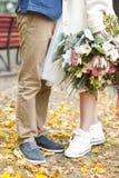 Enkel van het gehuwde koppelt houden hipster in huwelijkskleding en kostuum openlucht in stad het plaatsen Stock Afbeelding