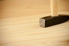Enkel vanlig hammare med den svarta tunga stålhammerheaden med skensidan för vit metall och det vita naturliga trähandtagfattande Arkivbilder