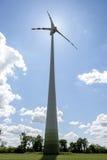 Enkel vindkraftmotor mot solen Arkivfoton