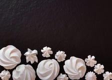 Enkel vit maränggarnering på brunnsort för kopia för svart matlägenhet lekmanna- Royaltyfria Foton
