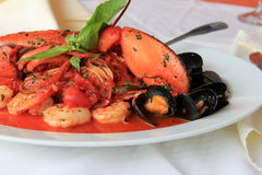 Enkel vit maträtt med havs- Fradiavolo Arkivbild