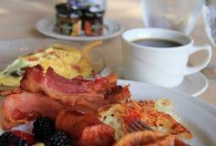 Enkel vit platta som fylls med frukostval Royaltyfria Foton