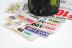 Enkelen van coupons op het bureau met penhouder stock fotografie