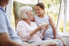 Enkelin-Besuchsgroßeltern im Aufenthaltsraum des Ruhesitzes stockfotos