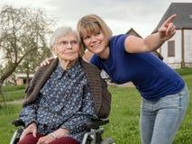 Enkelin, die der Großmutter etwas zeigt stockbilder