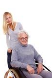 Enkelin, die Großmutter antreibt Lizenzfreie Stockbilder