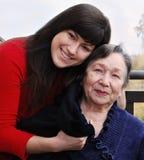 Enkelin, die Großmutter tröstet Stockbild
