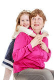 Enkelin, die Großmutter umarmt Stockfoto