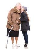 Enkelin, die ihre Großmutter küsst Stockbild