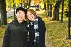 Enkelin, die mit Großmutter geht lizenzfreie stockfotografie