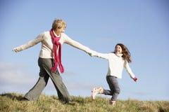 Enkelin, die mit Großmutter läuft stockfotos