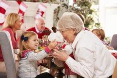 Enkelin mit der Großmutter, die Weihnachtsmahlzeit genießt Stockfotografie
